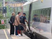 曼联球星桑切斯另结新欢,二人在火车站一同等待