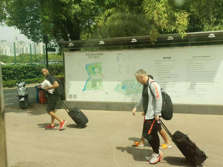 今天上午,上海上港全队在世纪公园训练场进行了前往...