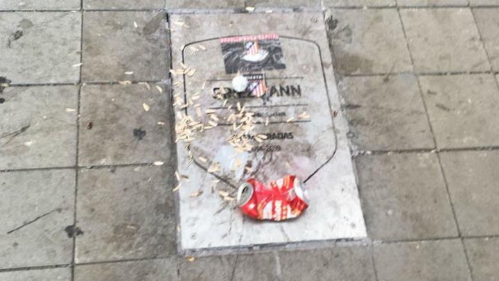 难以释怀,马竞球迷再次破坏格列兹曼纪念铭牌