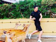 李帅在日本与鹿亲密互动:小鲜肉被粉丝堵截的感觉