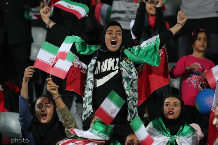 为伊朗自焚女球迷哀悼,罗马官方队标将红色部分改为蓝色