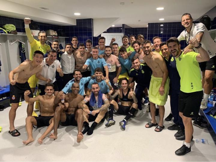 【埃瓦尔1-2西班牙人】球员赛后更衣室庆祝胜利!...