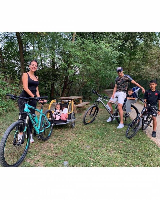 C罗与一家六口人郊外骑车,C罗带着马特奥,乔治娜...