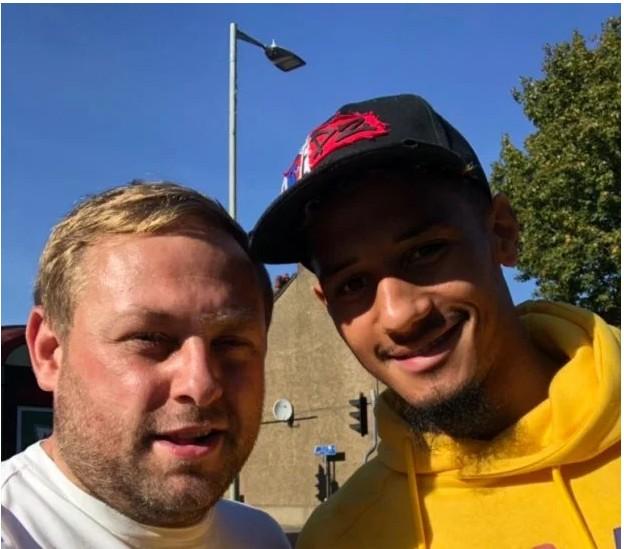 萨利巴穿黄色卫衣去看阿森纳与沃特福德比赛,被球迷吐槽