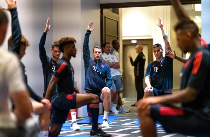抓紧时间,拜仁慕尼黑在所下榻酒店里进行热身训练