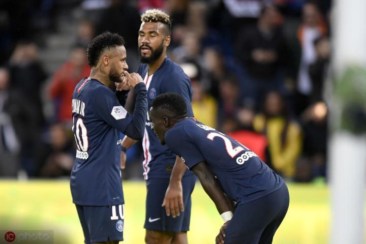 在4-0昂热比赛中,巴黎共有6位球员触球超过100次