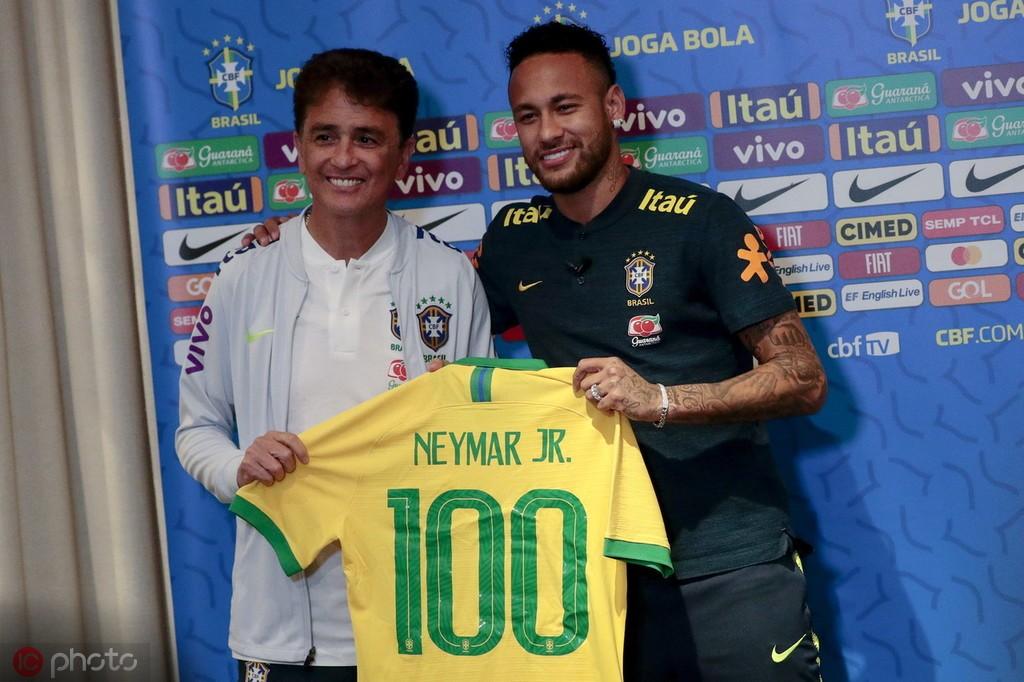 内马尔:我在巴西享受不同的待遇,就像梅西在巴萨一样