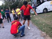国足球迷开始陆续进场,进场前互喷防蚊水