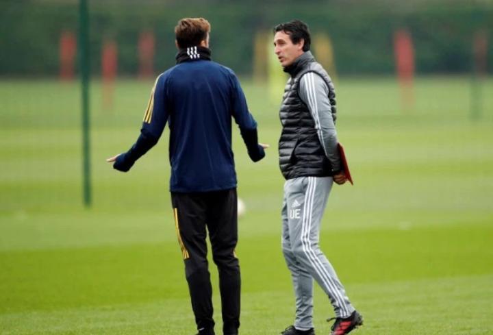 厄齐尔和埃梅里赛前在训练场单独谈话,两人表情严肃