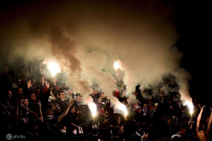 嘲讽对手,巴黎死忠团体挂横幅刺激马赛+焚烧偷来的马赛旗帜
