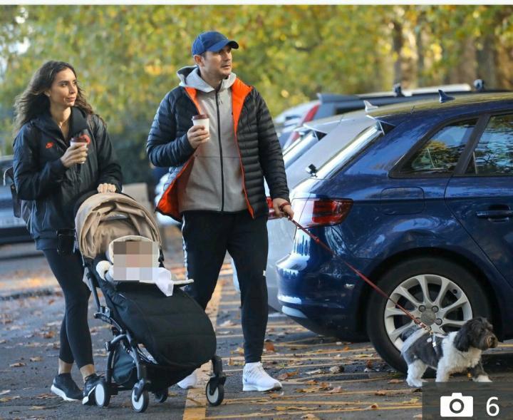 一家子蓝军球迷!兰帕德和妻子身着切尔西外套出门散步