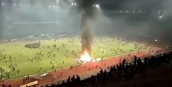 印尼一球队遭遇三连败,球迷不满直接放火烧主场