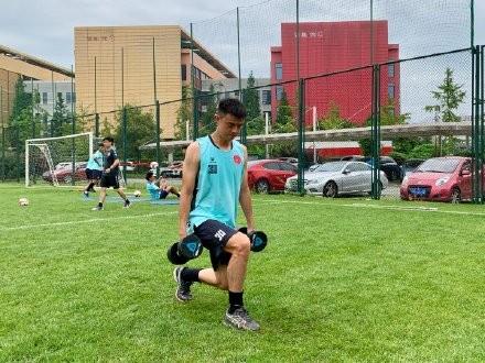 黄威:因完爆林德洛夫被本菲卡相中,看他踢欧洲杯决定再留洋