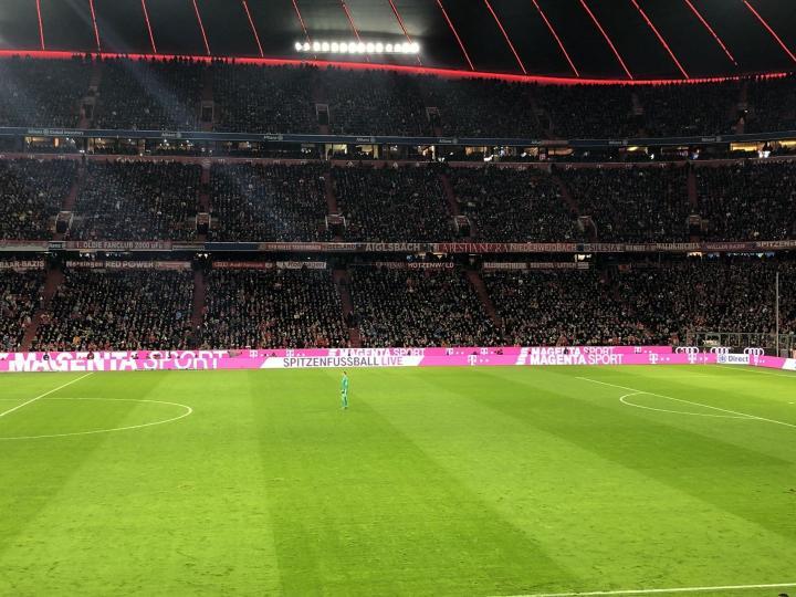 不愧是门卫啊,拜仁进攻的时候,诺伊尔都快站到中场...