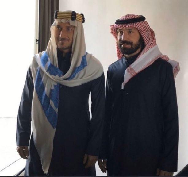 入乡随俗,托蒂和皮尔洛身穿阿拉伯长袍亮相