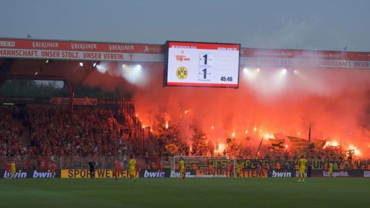踢球者:由于球迷在柏林联主场放焰火,多特被罚款4.4万欧元