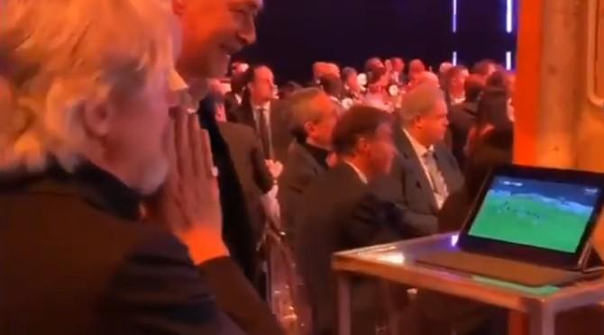 敬业不?桑普主席在颁奖典礼期间看球队直播,进球后振臂欢呼