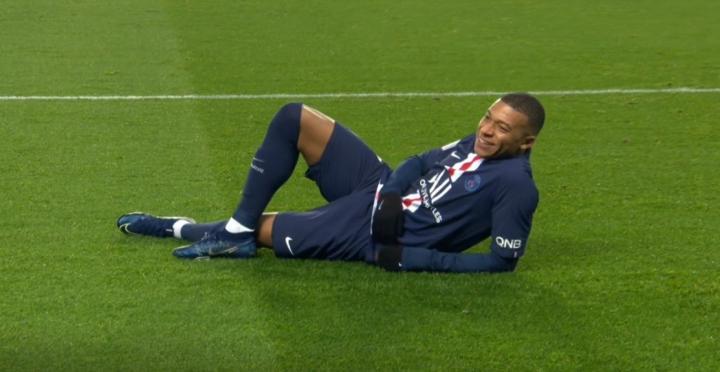 模仿小劳德鲁普,姆巴佩进球后躺草坪庆祝