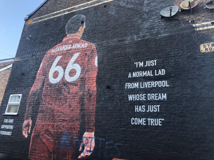 英媒:发泄不满,埃弗顿球迷恶意涂鸦阿诺德壁画