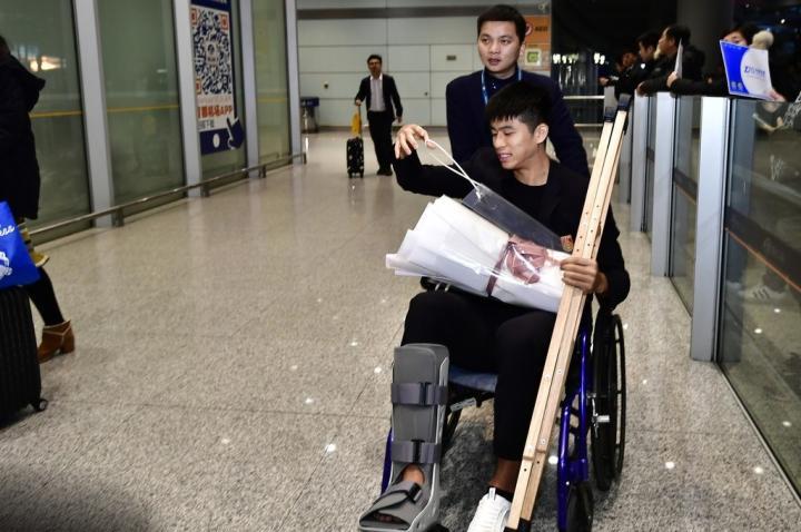 记者:张玉宁完成右脚跖骨手术,为减少缺战时间未做肩膀手术