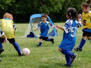 教练引导孩子踢球,你12字拒绝,孩子长大后12字难住了你