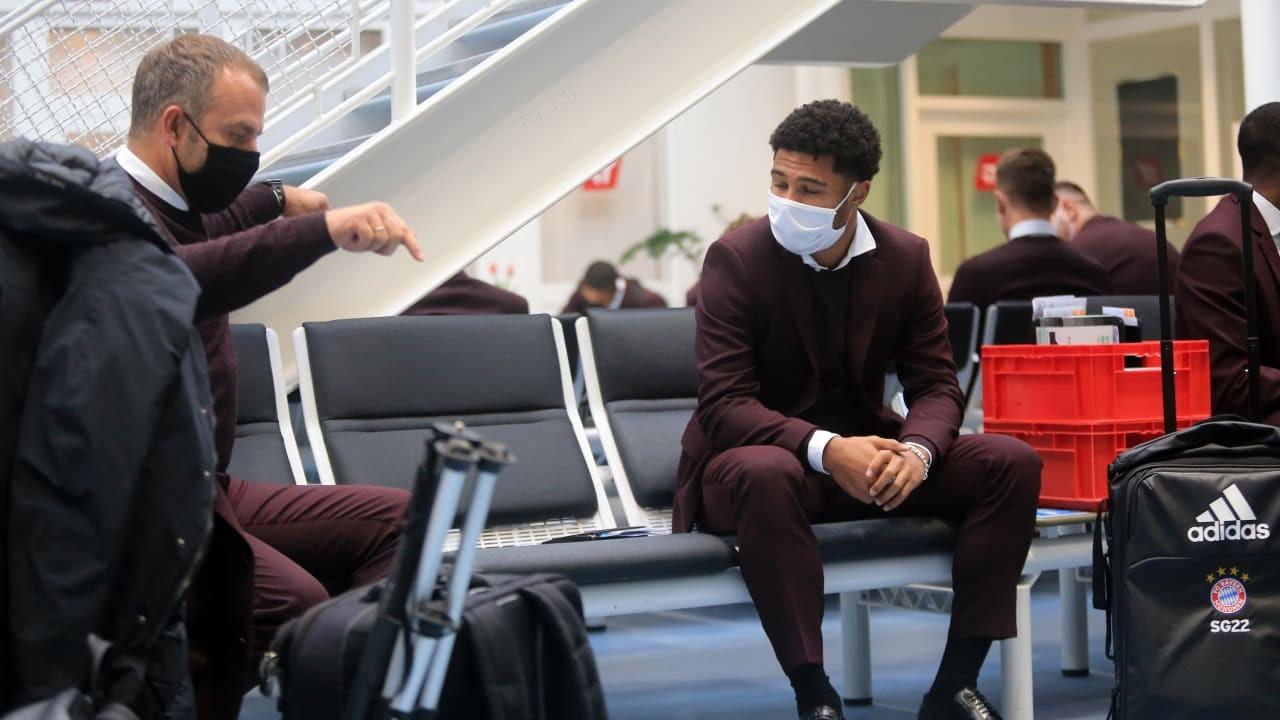 拜仁动身前往莫斯科,弗里克与格纳布里在机场讨论作业