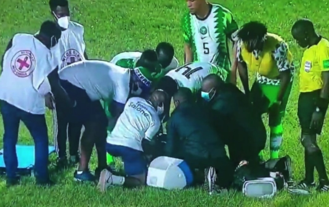 奥斯梅恩在尼日利亚队的竞赛中手腕受伤,可能出现骨折